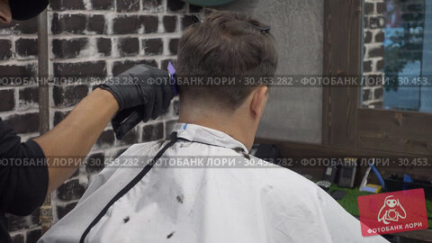 Middle aged man doing barbershop haircut. Стоковое видео, видеограф Антон Гвоздиков / Фотобанк Лори