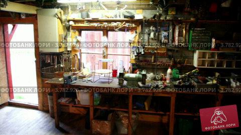 Купить «Множество инструментов и машин в небольшой мастерской с открытой дверью», видеоролик № 3782926, снято 15 мая 2012 г. (c) Losevsky Pavel / Фотобанк Лори