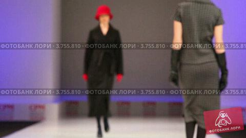 Купить «Модель в осеннем пальто и красной шляпке из UNIQUE Collection», видеоролик № 3755810, снято 7 сентября 2011 г. (c) Losevsky Pavel / Фотобанк Лори