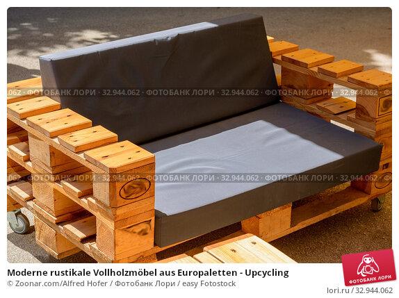 Купить «Moderne rustikale Vollholzmöbel aus Europaletten - Upcycling», фото № 32944062, снято 10 июля 2020 г. (c) easy Fotostock / Фотобанк Лори