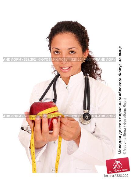 Молодая доктор с красным яблоком. Фокус на лице, фото № 328202, снято 10 мая 2008 г. (c) Vdovina Elena / Фотобанк Лори