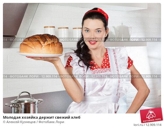 Купить «Молодая хозяйка держит свежий хлеб», фото № 12909114, снято 13 октября 2015 г. (c) Алексей Кузнецов / Фотобанк Лори