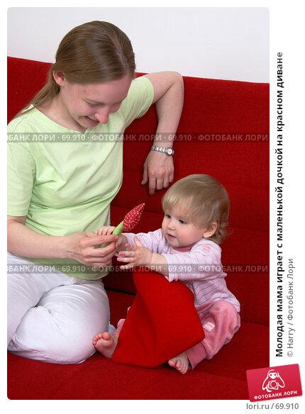 Молодая мама играет с маленькой дочкой на красном диване, фото № 69910, снято 2 июля 2007 г. (c) Harry / Фотобанк Лори