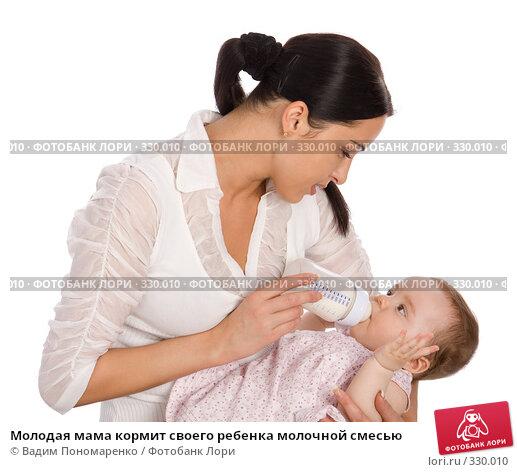 Молодая мама кормит своего ребенка молочной смесью, фото № 330010, снято 9 мая 2008 г. (c) Вадим Пономаренко / Фотобанк Лори