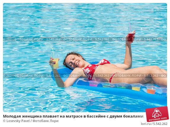 Купить «Молодая женщина плавает на матрасе в бассейне с двумя бокалами», фото № 5542262, снято 17 июля 2012 г. (c) Losevsky Pavel / Фотобанк Лори