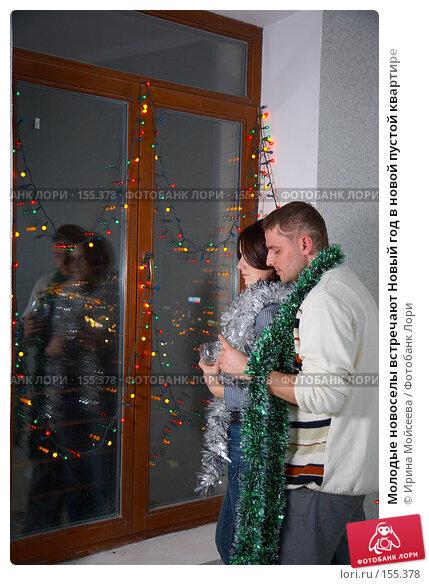 Молодые новоселы встречают Новый год в новой пустой квартире, фото № 155378, снято 5 декабря 2007 г. (c) Ирина Мойсеева / Фотобанк Лори