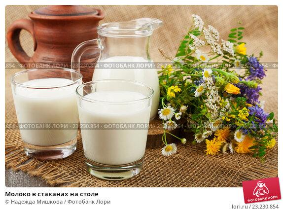 Купить «Молоко в стаканах на столе», фото № 23230854, снято 8 июля 2016 г. (c) Надежда Мишкова / Фотобанк Лори