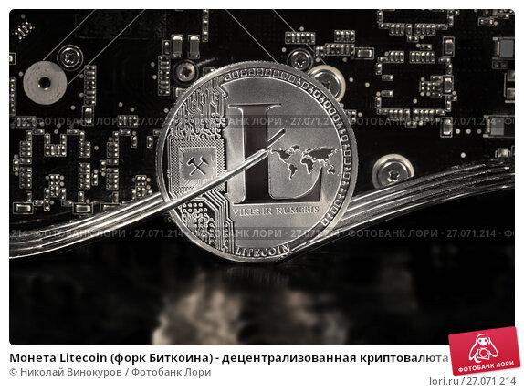 Купить «Монета Litecoin (форк Биткоина) - децентрализованная криптовалюта с открытым кодом на фоне платы с микросхемами», фото № 27071214, снято 11 октября 2017 г. (c) Николай Винокуров / Фотобанк Лори
