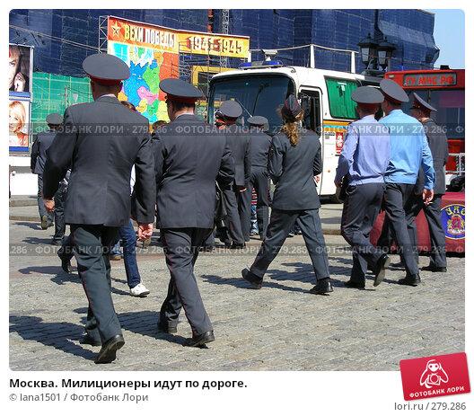 Москва. Милиционеры идут по дороге., эксклюзивное фото № 279286, снято 5 мая 2008 г. (c) lana1501 / Фотобанк Лори
