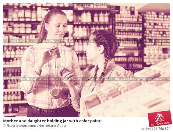 Mother and daughter holding jar with color paint, фото № 26760374, снято 12 апреля 2017 г. (c) Яков Филимонов / Фотобанк Лори