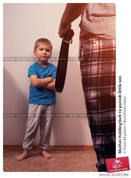 Купить «Mother holding belt to punish little son», фото № 25651990, снято 27 мая 2019 г. (c) Pavel Biryukov / Фотобанк Лори