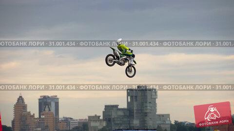 Купить «Motofreestyle - jumps with incredible acrobatic elements», видеоролик № 31001434, снято 16 июня 2019 г. (c) Игорь Жоров / Фотобанк Лори