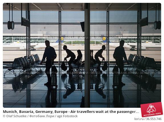 Munich, Bavaria, Germany, Europe - Air travellers wait at the passenger... Редакционное фото, фотограф Olaf Schuelke / age Fotostock / Фотобанк Лори