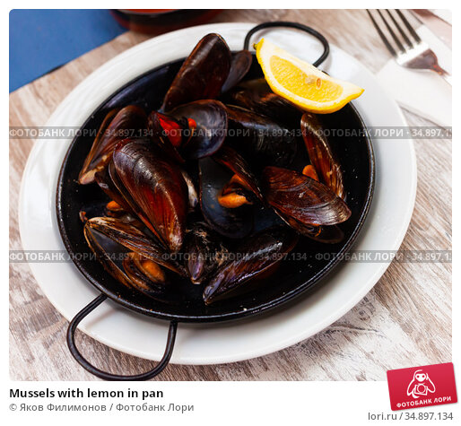 Mussels with lemon in pan. Стоковое фото, фотограф Яков Филимонов / Фотобанк Лори