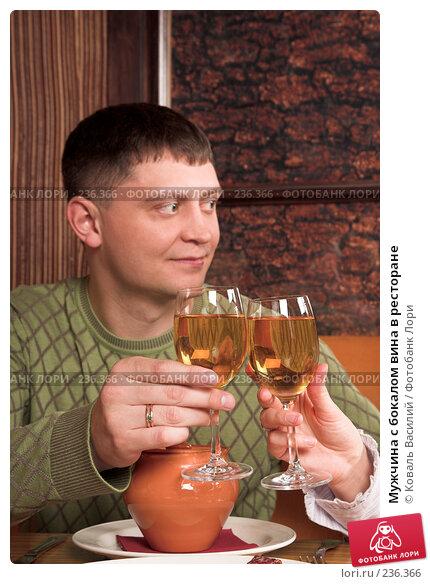 Мужчина с бокалом вина в ресторане, фото № 236366, снято 26 сентября 2017 г. (c) Коваль Василий / Фотобанк Лори