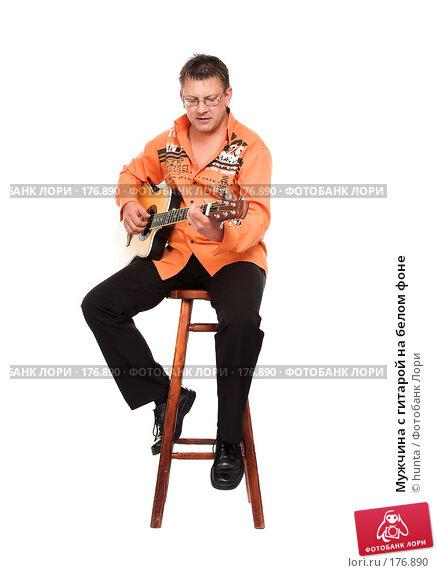 Мужчина с гитарой на белом фоне, фото № 176890, снято 5 августа 2007 г. (c) hunta / Фотобанк Лори