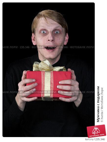 Мужчина с подарком, фото № 235346, снято 23 июля 2017 г. (c) hunta / Фотобанк Лори