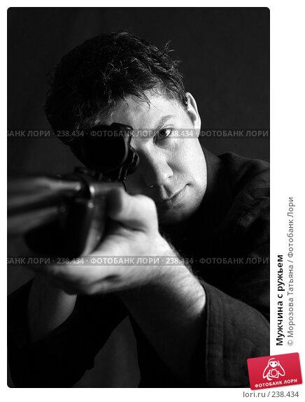 Купить «Мужчина с ружьем», фото № 238434, снято 24 декабря 2006 г. (c) Морозова Татьяна / Фотобанк Лори