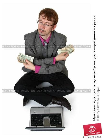 Мужчина сидящий перед ноутбуком, держащий деньги в руках, фото № 89666, снято 21 июня 2007 г. (c) Harry / Фотобанк Лори