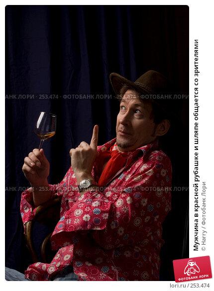 Мужчина в красной рубашке и шляпе общается со зрителями, фото № 253474, снято 22 марта 2008 г. (c) Harry / Фотобанк Лори