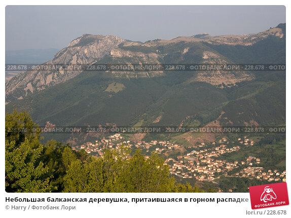 Небольшая балканская деревушка, притаившаяся в горном распадке, фото № 228678, снято 19 августа 2007 г. (c) Harry / Фотобанк Лори
