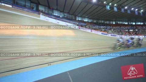 Несколько велосипедистов ездят по треку во время гонки на стадионе, видеоролик № 3785002, снято 17 июля 2012 г. (c) Losevsky Pavel / Фотобанк Лори