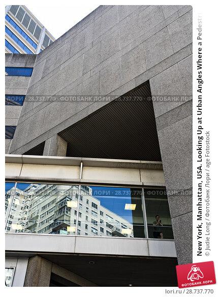 Купить «New York, Manhattan, USA. Looking Up at Urban Angles Where a Pedestrian Overpass Ends at a Building.», фото № 28737770, снято 4 июня 2018 г. (c) age Fotostock / Фотобанк Лори