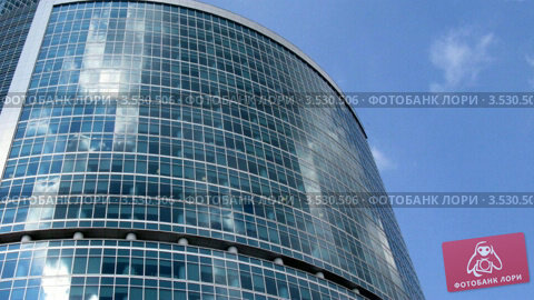 Купить «Облака над современным офисным зданием. Таймлапс», видеоролик № 3530506, снято 6 декабря 2008 г. (c) Losevsky Pavel / Фотобанк Лори