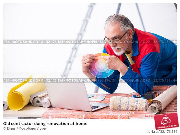Купить «Old contractor doing renovation at home», фото № 32176154, снято 3 июня 2019 г. (c) Elnur / Фотобанк Лори