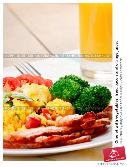 Omelet with vegetables, fried bacon and orange juice. Стоковое фото, фотограф Olena Mykhaylova / easy Fotostock / Фотобанк Лори