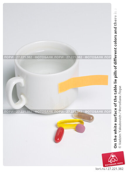 Купить «On the white surface of the table lie pills of different colors and there is a mug with water. Next is a paper sticker with a reminder.», фото № 27221382, снято 14 ноября 2017 г. (c) Vadzim Yakubovich / Фотобанк Лори