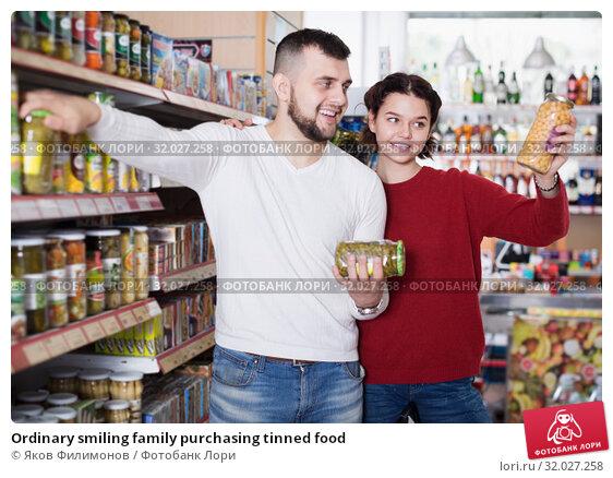 Купить «Ordinary smiling family purchasing tinned food», фото № 32027258, снято 14 марта 2017 г. (c) Яков Филимонов / Фотобанк Лори