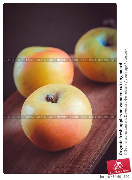 Organic fresh apples on wooden cutting board. Стоковое фото, фотограф Zoonar.com/Laurent Davoust / age Fotostock / Фотобанк Лори