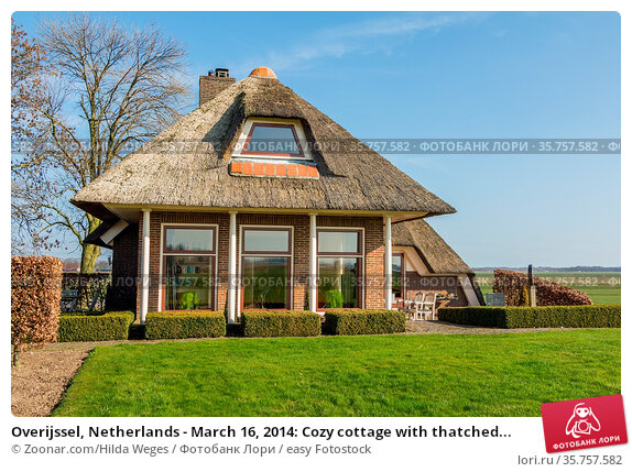 Overijssel, Netherlands - March 16, 2014: Cozy cottage with thatched... Стоковое фото, фотограф Zoonar.com/Hilda Weges / easy Fotostock / Фотобанк Лори