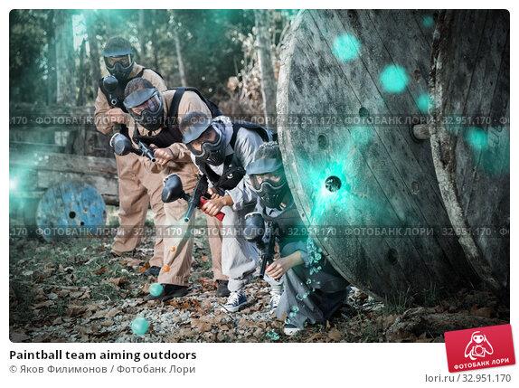 Paintball team aiming outdoors. Стоковое фото, фотограф Яков Филимонов / Фотобанк Лори
