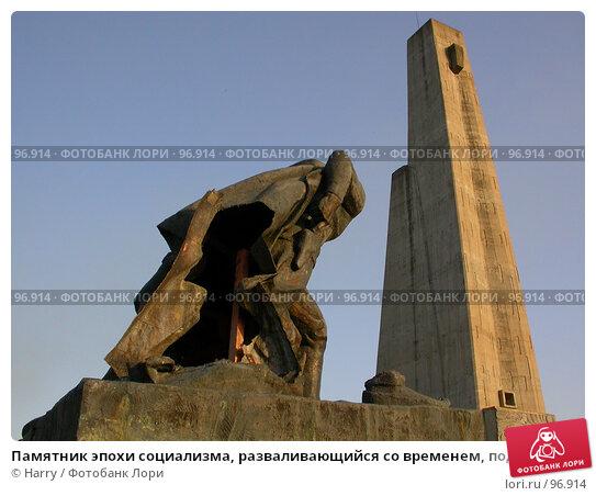 Памятник эпохи социализма, разваливающийся со временем, под лучами вечернего солнца у города Монтана, Болгария, фото № 96914, снято 24 августа 2007 г. (c) Harry / Фотобанк Лори