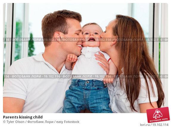 фото как мама с папой цылуються на деване