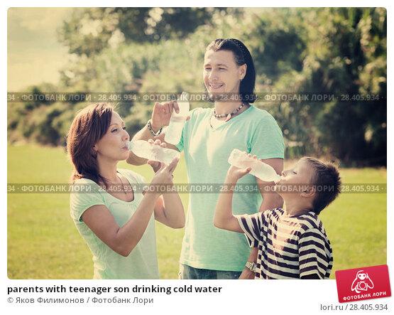 Купить «parents with teenager son drinking cold water», фото № 28405934, снято 18 августа 2013 г. (c) Яков Филимонов / Фотобанк Лори