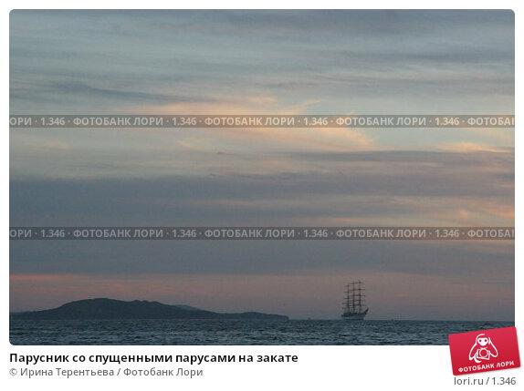 Парусник со спущенными парусами на закате, эксклюзивное фото № 1346, снято 15 сентября 2005 г. (c) Ирина Терентьева / Фотобанк Лори