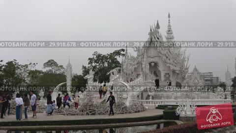 Купить «Пасмурное туманное утро у Белого храма. Чианг Рай, Таиланд», видеоролик № 29918678, снято 16 декабря 2018 г. (c) Виктор Карасев / Фотобанк Лори