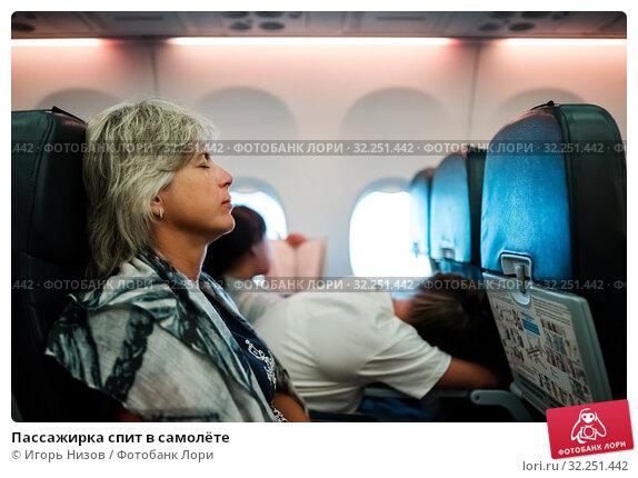 Купить «Пассажирка спит в самолёте», эксклюзивное фото № 32251442, снято 9 июня 2019 г. (c) Игорь Низов / Фотобанк Лори