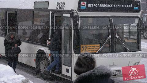 Пассажиры садятся в автобус во время зимней непогоды (2018 год). Редакционное видео, видеограф А. А. Пирагис / Фотобанк Лори