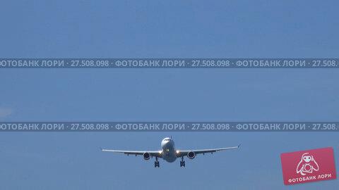 Passenger airplane before landing. Стоковое видео, видеограф Михаил Коханчиков / Фотобанк Лори