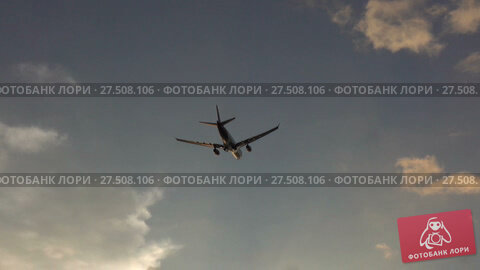 Passenger plane climbs after take-off. Стоковое видео, видеограф Михаил Коханчиков / Фотобанк Лори