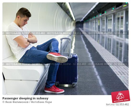 Купить «Passenger sleeping in subway», фото № 32553482, снято 24 августа 2018 г. (c) Яков Филимонов / Фотобанк Лори