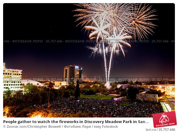 People gather to watch the fireworks in Discovery Meadow Park in San... Стоковое фото, фотограф Zoonar.com/Christopher Boswell / easy Fotostock / Фотобанк Лори