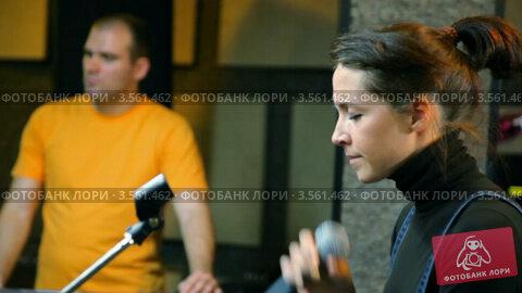 Купить «Певица с микрофоном в студии», видеоролик № 3561462, снято 25 ноября 2009 г. (c) Losevsky Pavel / Фотобанк Лори