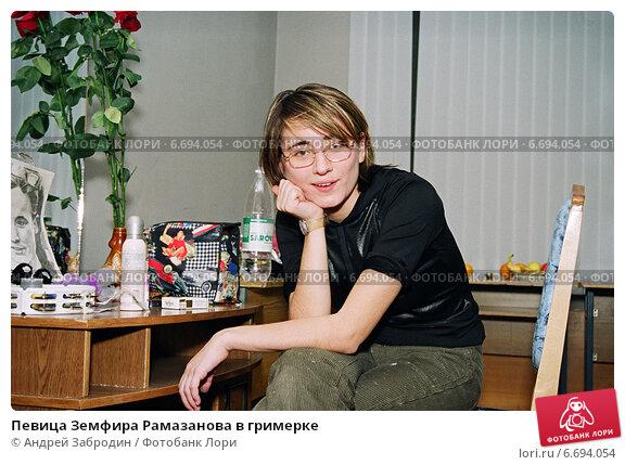 Купить «Певица Земфира Рамазанова в гримерке», фото № 6694054, снято 5 ноября 1999 г. (c) Андрей Забродин / Фотобанк Лори