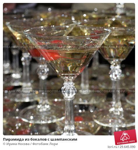 Купить «Пирамида из бокалов с шампанским», фото № 29645090, снято 31 декабря 2018 г. (c) Ирина Носова / Фотобанк Лори