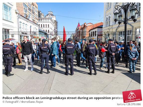 Купить «Police officers block an Leningradskaya street during an opposition protest rally», фото № 28370086, снято 5 мая 2018 г. (c) FotograFF / Фотобанк Лори